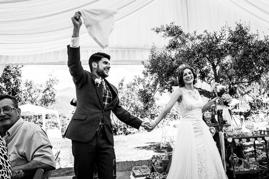 Boda en Hervás de Tamara y Sergio realizada por Johnny García, fotógrafo bodas Extremadura, los novios al entrar al banquete