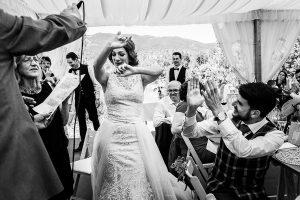 Boda en Hervás de Tamara y Sergio realizada por Johnny García, fotógrafo bodas Extremadura, la novia baila en la mesa