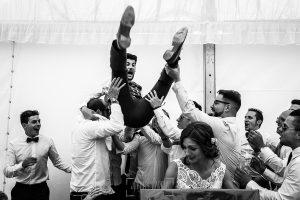 Boda en Hervás de Tamara y Sergio realizada por Johnny García, fotógrafo bodas Extremadura, el novio es manteado por sus amigos