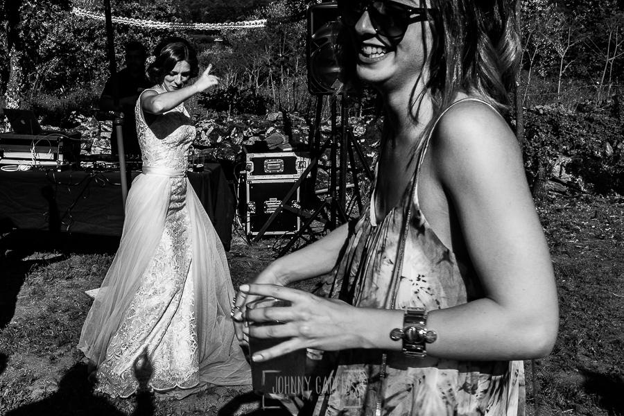 Boda en Hervás de Tamara y Sergio realizada por Johnny García, fotógrafo bodas Extremadura, la novia baila junto a una amiga