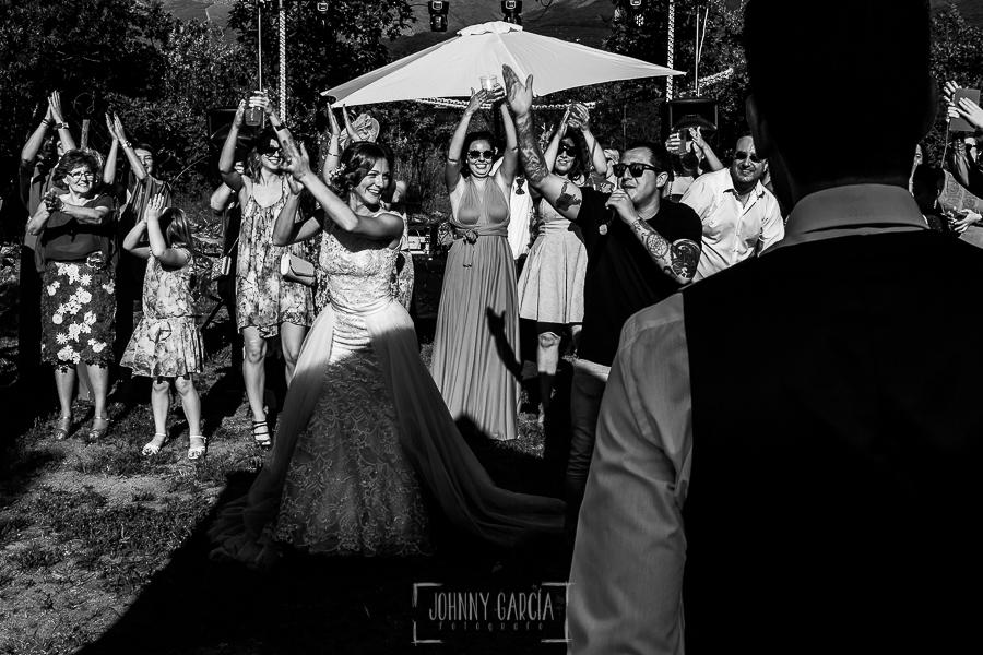 Boda en Hervás de Tamara y Sergio realizada por Johnny García, fotógrafo bodas Extremadura, la novia baila en frente del novio junto a los invitaods
