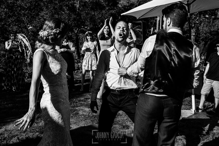 Boda en Hervás de Tamara y Sergio realizada por Johnny García, fotógrafo bodas Extremadura, el novio invita a bailar a un amigo