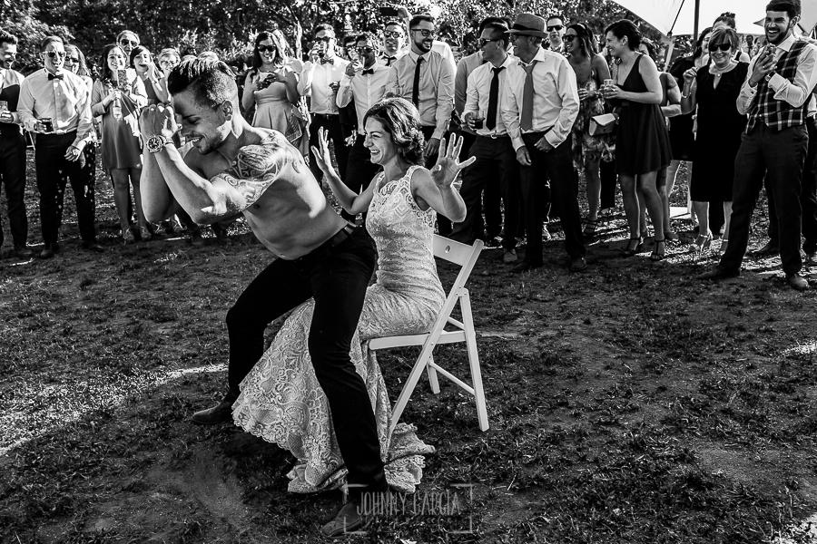 Boda en Hervás de Tamara y Sergio realizada por Johnny García, fotógrafo bodas Extremadura, un amigo de los novios hace un strip-tease a la novia