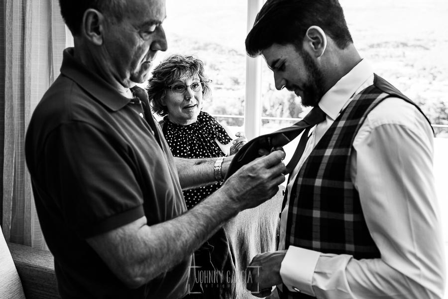 Boda en Hervás de Tamara y Sergio realizada por Johnny García, fotógrafo bodas Extremadura, el padre de Sergio le ayuda con la corbata