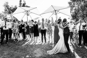 Boda en Hervás de Tamara y Sergio realizada por Johnny García, fotógrafo bodas Extremadura, los novios bailan