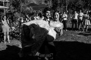 Boda en Hervás de Tamara y Sergio realizada por Johnny García, fotógrafo bodas Extremadura, el novio coje a la novia en brazos