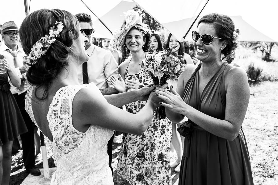Boda en Hervás de Tamara y Sergio realizada por Johnny García, fotógrafo bodas Extremadura, la novia entrega el ramo