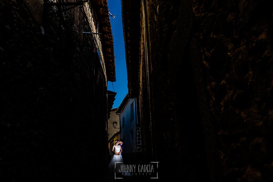 Boda en Hervás de Tamara y Sergio realizada por Johnny García, fotógrafo bodas Extremadura, un retrato de los novios en la calleja de los Cofrades, Barrio Judio