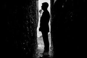 Boda en Hervás de Tamara y Sergio realizada por Johnny García, fotógrafo bodas Extremadura, un retrato de los novios en la calle más estrecha de España