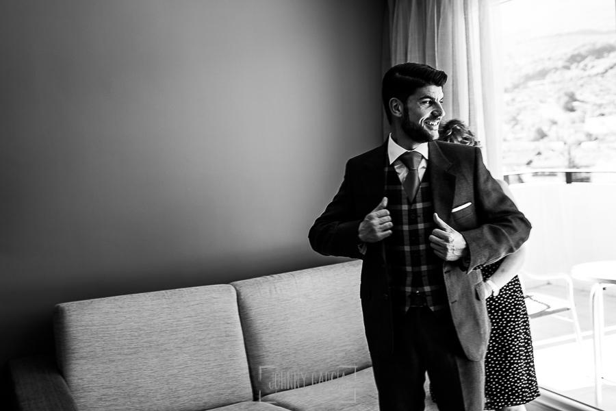 Boda en Hervás de Tamara y Sergio realizada por Johnny García, fotógrafo bodas Extremadura, Sergio ya vestido de novio