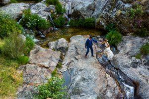 Boda en Hervás de Tamara y Sergio realizada por Johnny García, fotógrafo bodas Extremadura, un retrato de los novios en el monte de Hervás
