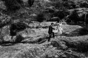 Boda en Hervás de Tamara y Sergio realizada por Johnny García, fotógrafo bodas Extremadura, un retrato de los novios por las Charcas Verdes