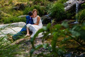 Boda en Hervás de Tamara y Sergio realizada por Johnny García, fotógrafo bodas Extremadura, un retrato de los novios en plena naturaleza de Hervás