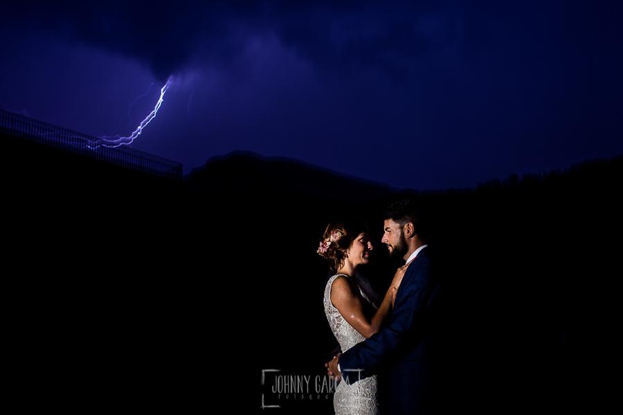 Boda en Hervás de Tamara y Sergio realizada por Johnny García, fotógrafo bodas Extremadura, un retrato de los novios justo cuando cae un rayo