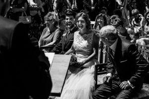 Boda en Hervás de Tamara y Sergio realizada por Johnny García, fotógrafo bodas Extremadura, la pareja sonríe en un momento de la ceremonia