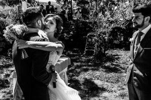 Boda en Hervás de Tamara y Sergio realizada por Johnny García, fotógrafo bodas Extremadura, Tamara abraza a su hermano despues de la lectura
