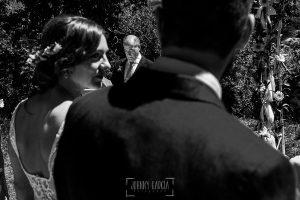 Boda en Hervás de Tamara y Sergio realizada por Johnny García, fotógrafo bodas Extremadura, el padre de Sergio lee en la ceremonia