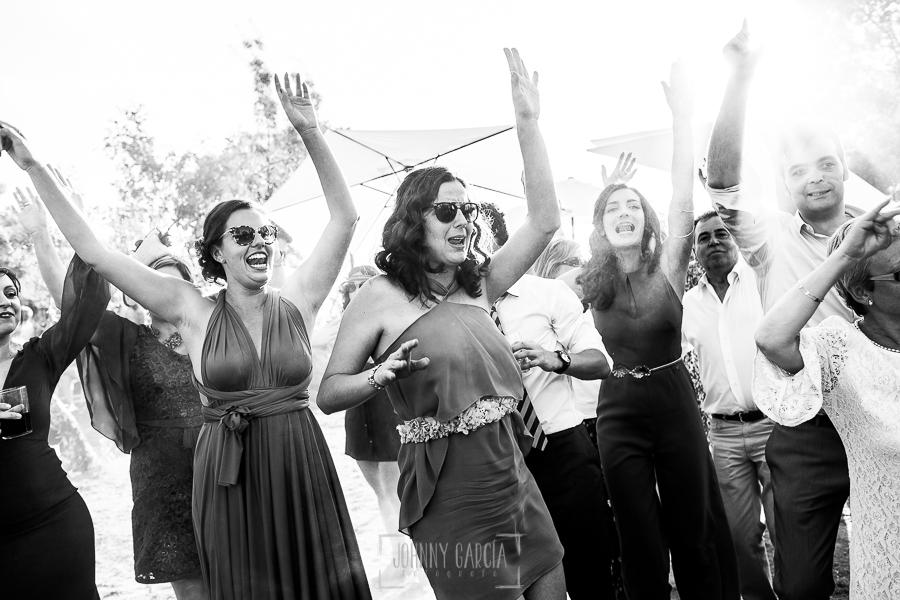Boda en Hervás de Tamara y Sergio realizada por Johnny García, fotógrafo bodas Extremadura, las amigas de la novia bailan