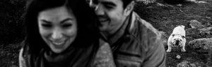 Pre boda en Hervás de Tamara y David realizada por Johnny García, mejor fotógrafo de bodas en Extremadura, la pareja rie con el perro al fondo esperando con la pelota, foto destacada