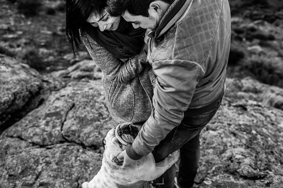 Pre boda en Hervás de Tamara y David realizada por Johnny García, mejor fotógrafo de bodas en Extremadura, la pareja acaricia al perro