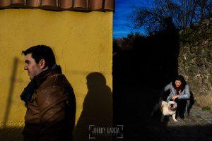 Pre boda en Hervás de Tamara y David realizada por Johnny García, mejor fotógrafo de bodas en Extremadura, Tamara con su perro mientras david pasa de largo