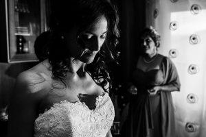 Boda de Noelia y César en Horcajo de Montemayor realizada por Johnny García, Fotógrafo de bodas en Salamanca, Noelia con su madre al fondo