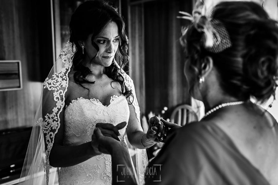 Boda de Noelia y César en Horcajo de Montemayor realizada por Johnny García, Fotógrafo de bodas en Salamanca, Noelia emocionada con su madre