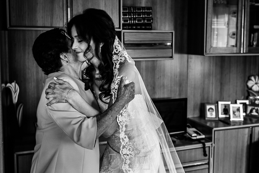 Boda de Noelia y César en Horcajo de Montemayor realizada por Johnny García, Fotógrafo de bodas en Salamanca, Noelia abraza a su abuela