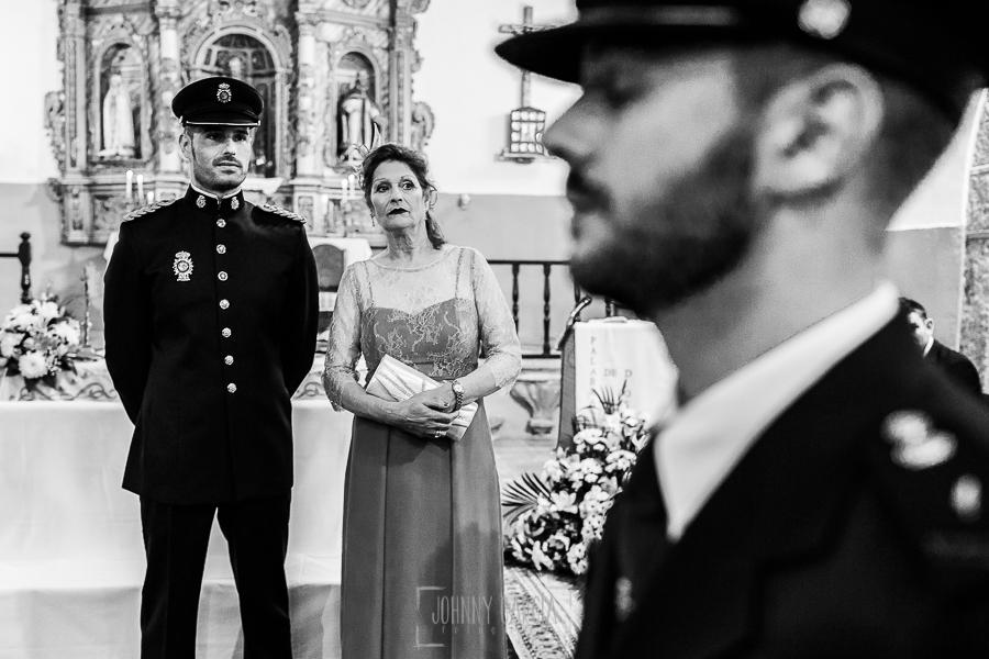 Boda de Noelia y César en Horcajo de Montemayor realizada por Johnny García, Fotógrafo de bodas en Salamanca, César junato a su madre espera en el altar