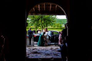 Boda de Noelia y César en Horcajo de Montemayor realizada por Johnny García, Fotógrafo de bodas en Salamanca, Noelia baja del coche a la llegada de la iglesia