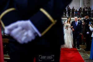 Boda de Noelia y César en Horcajo de Montemayor realizada por Johnny García, Fotógrafo de bodas en Salamanca, Noelia camina hacia el altar del brazo de su padre