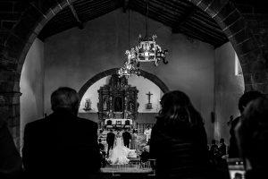 Boda de Noelia y César en Horcajo de Montemayor realizada por Johnny García, Fotógrafo de bodas en Salamanca, una imagen desde el coro de la iglesia