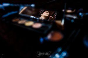 Boda de Noelia y César en Horcajo de Montemayor realizada por Johnny García, Fotógrafo de bodas en Salamanca, Noelia reflejada en un espejo del maquillaje