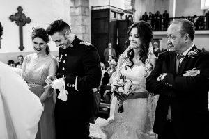 Boda de Noelia y César en Horcajo de Montemayor realizada por Johnny García, Fotógrafo de bodas en Salamanca, Cesar intenta desatar los anillos