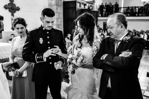 Boda de Noelia y César en Horcajo de Montemayor realizada por Johnny García, Fotógrafo de bodas en Salamanca, Noelia pone el anillo a Cesar