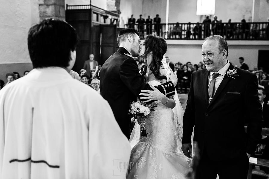 Boda de Noelia y César en Horcajo de Montemayor realizada por Johnny García, Fotógrafo de bodas en Salamanca, los novios celebran con un beso que se han casado