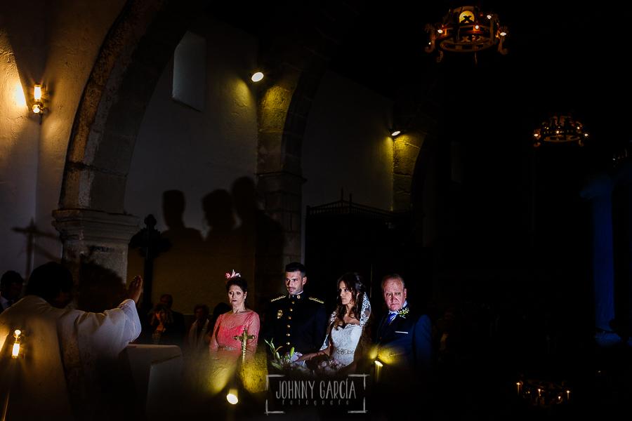 Boda de Noelia y César en Horcajo de Montemayor realizada por Johnny García, Fotógrafo de bodas en Salamanca, una imagen de la pareja y los padrinos durante la ceremonia
