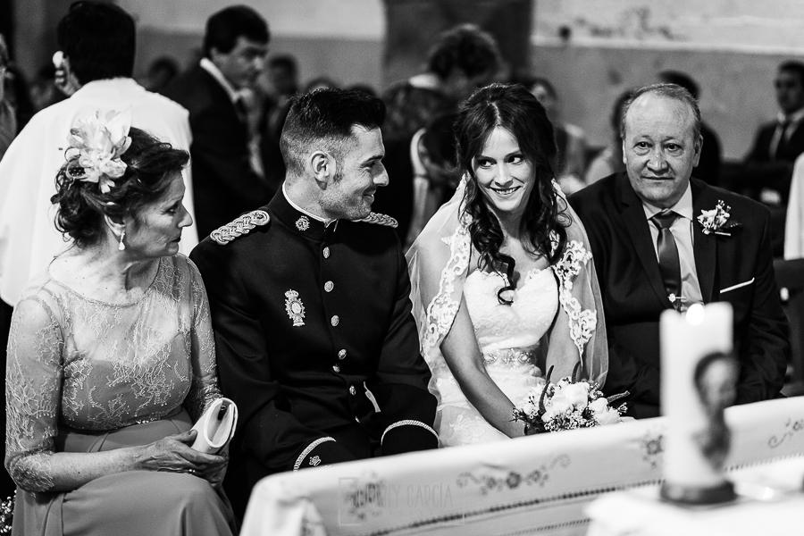 Boda de Noelia y César en Horcajo de Montemayor realizada por Johnny García, Fotógrafo de bodas en Salamanca, Noelia sonríe a César
