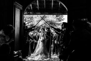 Boda de Noelia y César en Horcajo de Montemayor realizada por Johnny García, Fotógrafo de bodas en Salamanca, imagen desde dentro de la iglesia cuando salen los novios