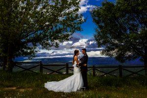 Boda de Noelia y César en Horcajo de Montemayor realizada por Johnny García, Fotógrafo de bodas en Salamanca, un retrato de la pareja bajo la lluvia