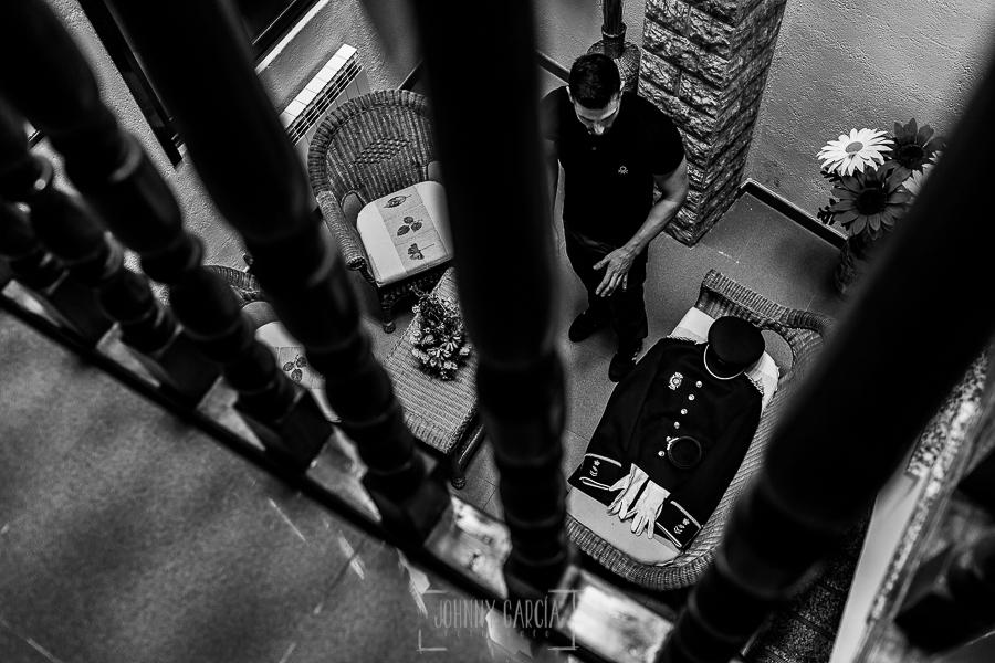 Boda de Noelia y César en Horcajo de Montemayor realizada por Johnny García, Fotógrafo de bodas en Salamanca, César prepara su traje