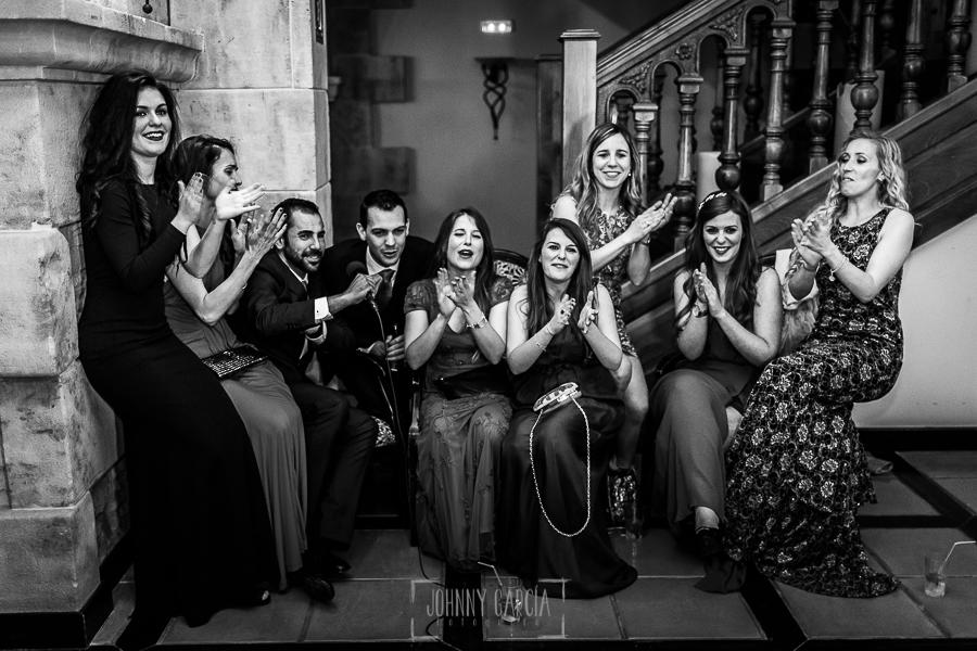 Boda de Noelia y César en Horcajo de Montemayor realizada por Johnny García, Fotógrafo de bodas en Salamanca, los amigos de la pareja cantan
