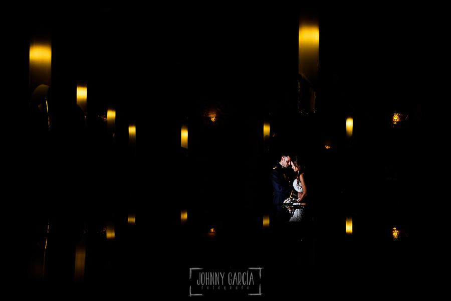 Boda de Noelia y César en Horcajo de Montemayor realizada por Johnny García, Fotógrafo de bodas en Salamanca, un retrato de los novios en la Abadía de los Templarios