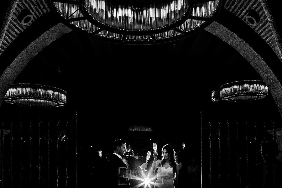 Boda de Noelia y César en Horcajo de Montemayor realizada por Johnny García, Fotógrafo de bodas en Salamanca, la pareja brinda delante de los invitados