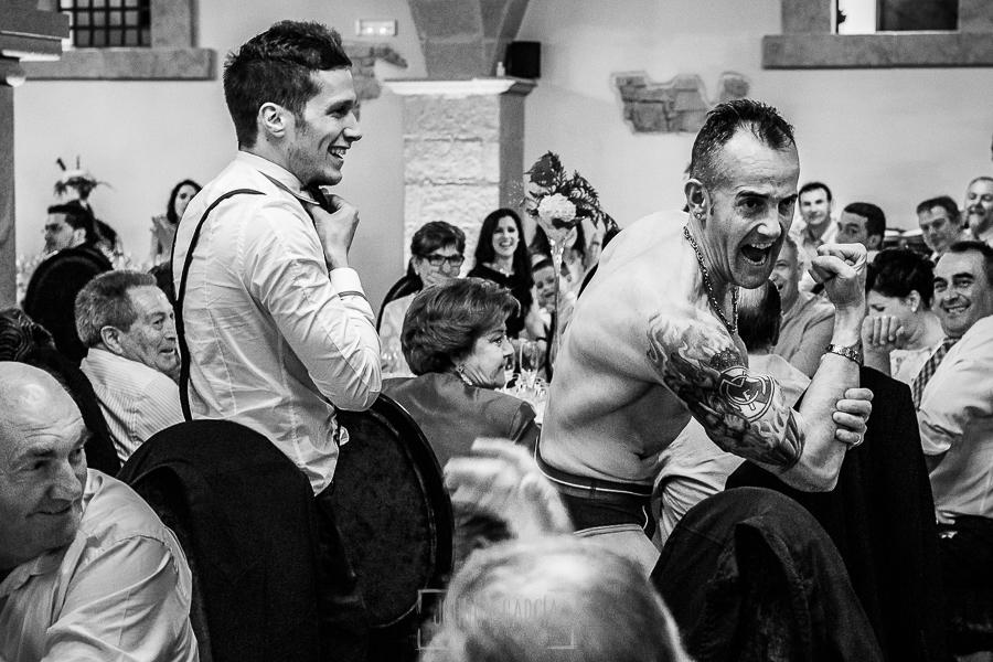 Boda de Noelia y César en Horcajo de Montemayor realizada por Johnny García, Fotógrafo de bodas en Salamanca, un familiar luce el logo del real madrid tatuado en su brazo