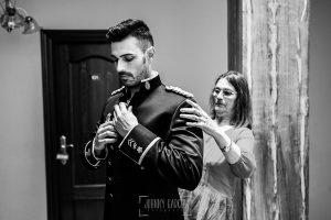 Boda de Noelia y César en Horcajo de Montemayor realizada por Johnny García, Fotógrafo de bodas en Salamanca, la madre de César le ayuda a vestirse