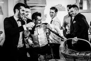 Boda de Noelia y César en Horcajo de Montemayor realizada por Johnny García, Fotógrafo de bodas en Salamanca, los amigos le cortan la corbata a Cásar