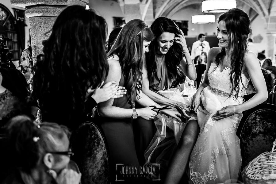 Boda de Noelia y César en Horcajo de Montemayor realizada por Johnny García, Fotógrafo de bodas en Salamanca, las amigas cortan la liga a Noelia
