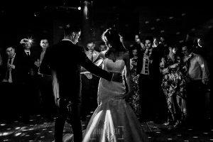 Boda de Noelia y César en Horcajo de Montemayor realizada por Johnny García, Fotógrafo de bodas en Salamanca, la pareja empieza el baile nupcial