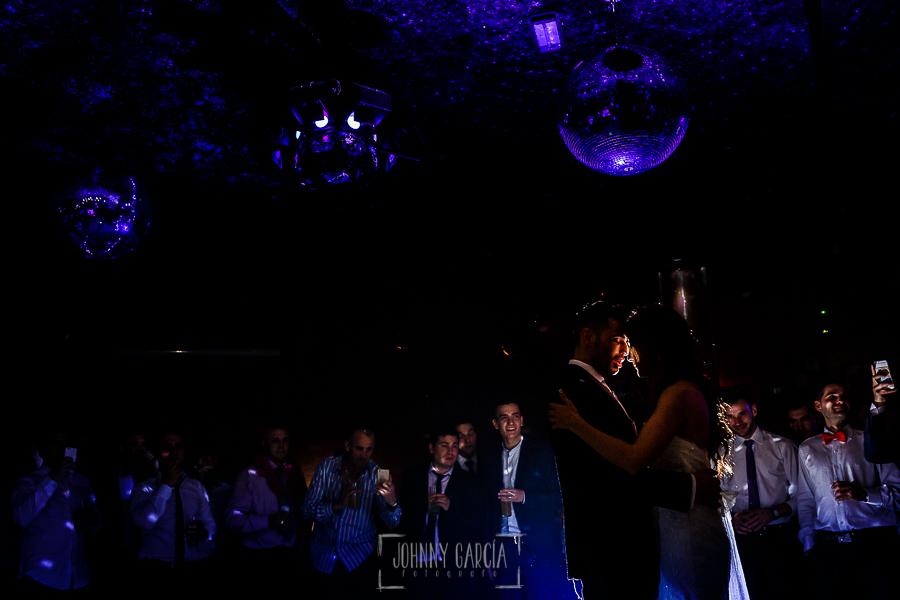 Boda de Noelia y César en Horcajo de Montemayor realizada por Johnny García, Fotógrafo de bodas en Salamanca, Noelia y Cesar abriendo el baile